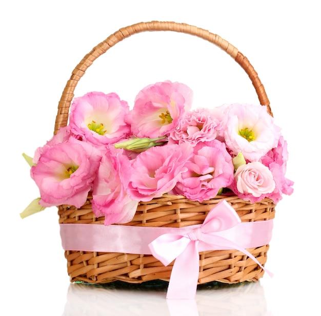 Bouquet de fleurs d'eustoma dans le panier, isolé sur blanc