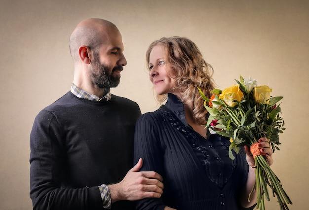 Bouquet de fleurs à une femme