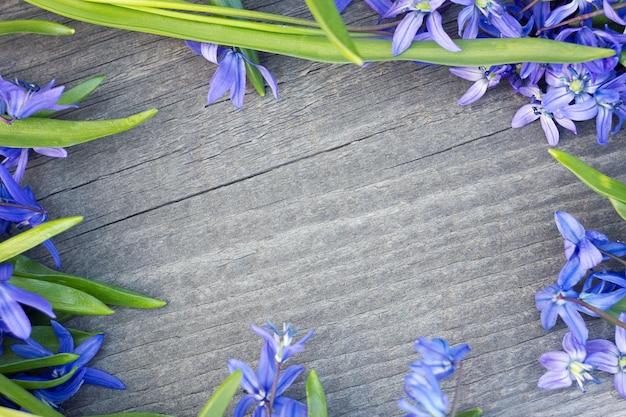 Bouquet de fleurs sur fond en bois.