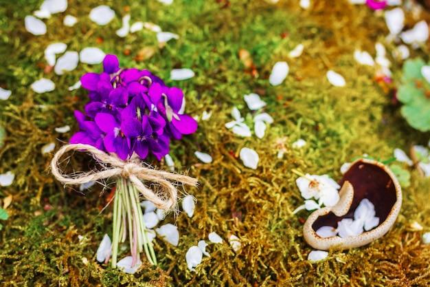Bouquet de fleurs de la forêt de violettes sur la mousse, vue de dessus