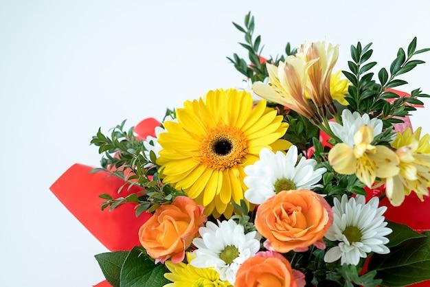 Bouquet de fleurs fraîches se bouchent sur une surface blanche