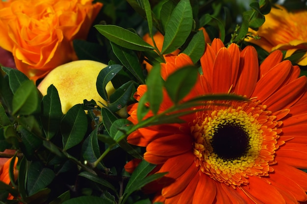 Bouquet de fleurs et de fruits frais