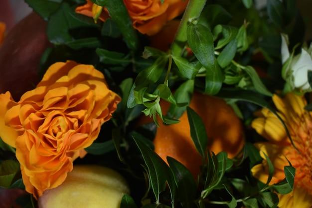 Un bouquet de fleurs et de fruits frais