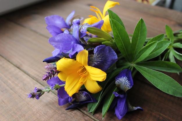 Bouquet de fleurs iris lis sauge
