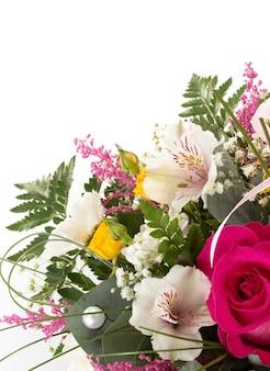 Bouquet de fleurs isolé sur fond blanc