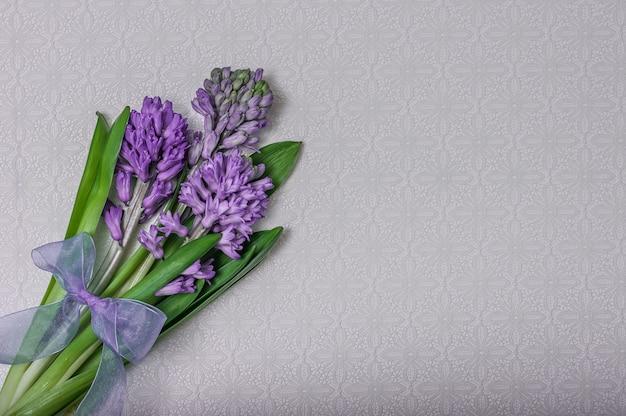 Bouquet de fleurs de jacinthe sur une nappe blanche