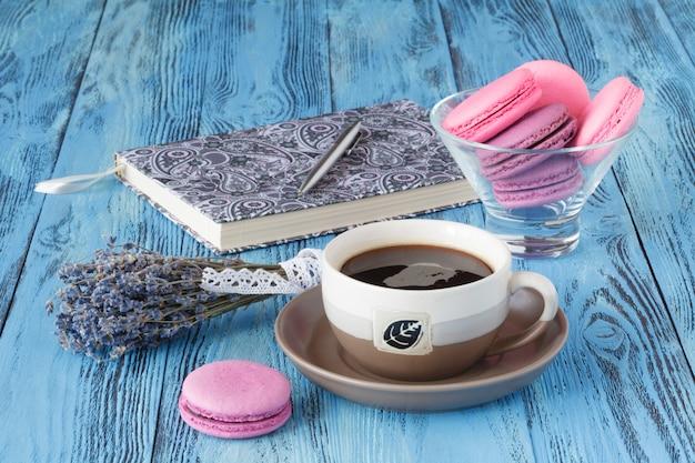 Bouquet de fleurs de lavande séchées avec une tasse de café sur bleu