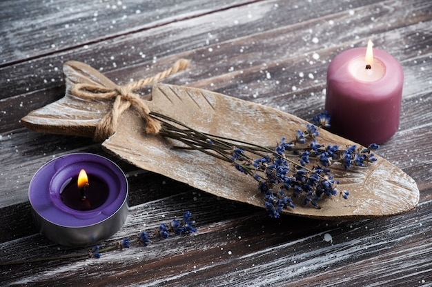 Bouquet de fleurs de lavande violette sèches disposées sur une plaque rustique sur table rustique.