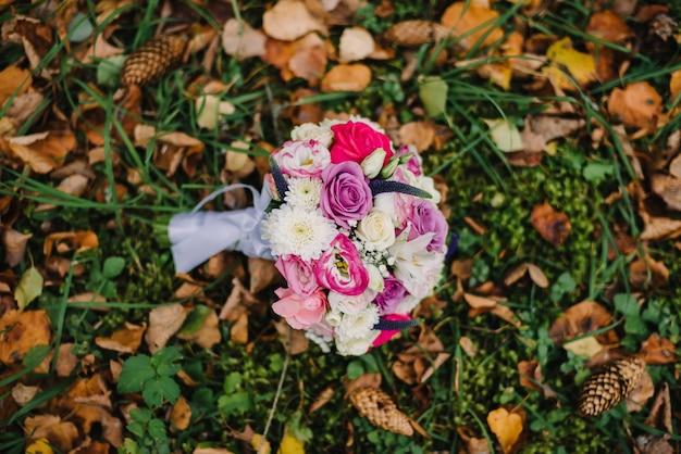 Bouquet de fleurs de mariage se trouve sur le feuillage