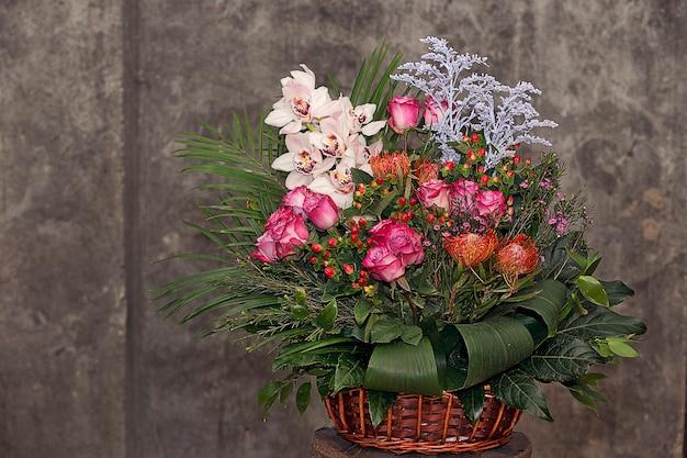 Bouquet de fleurs mixtes à l'intérieur du panier en bambou