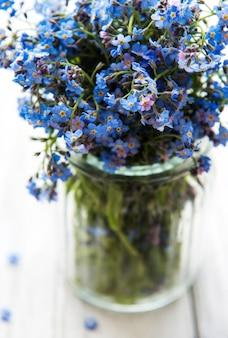 Bouquet de fleurs myosotis dans un vase en verre