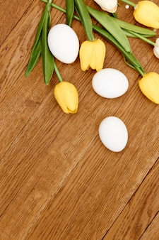 Bouquet de fleurs oeufs de poule fond en bois espace copie de pâques. photo de haute qualité