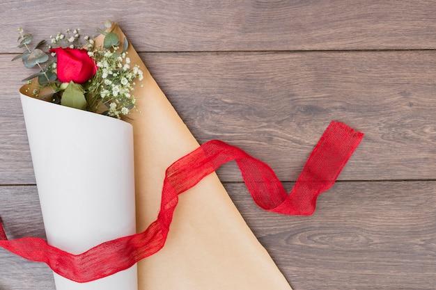 Bouquet de fleurs en papier d'emballage avec ruban