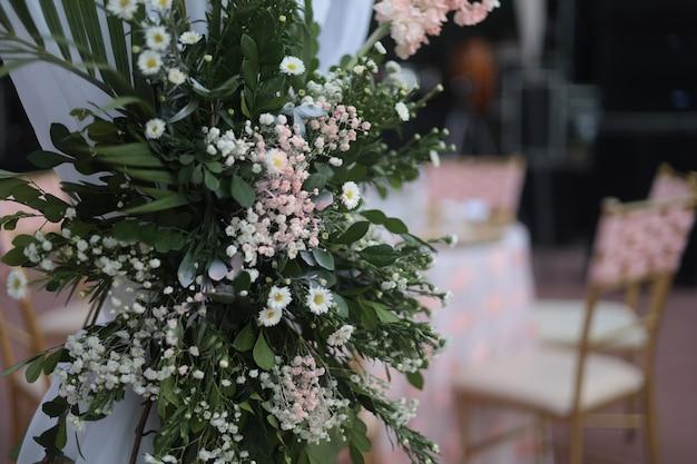 Bouquet de fleurs photographie capturée lors d'une célébration de baptême capturant le meilleur angle coul