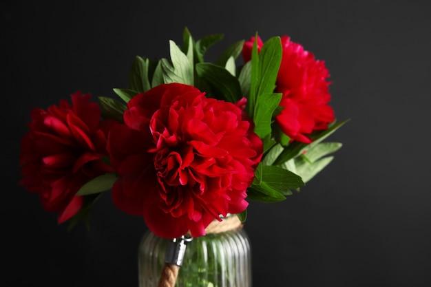 Bouquet de fleurs de pivoine sur fond noir