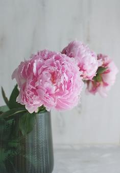 Bouquet de fleurs de pivoines vase vert thème de mariage blanc