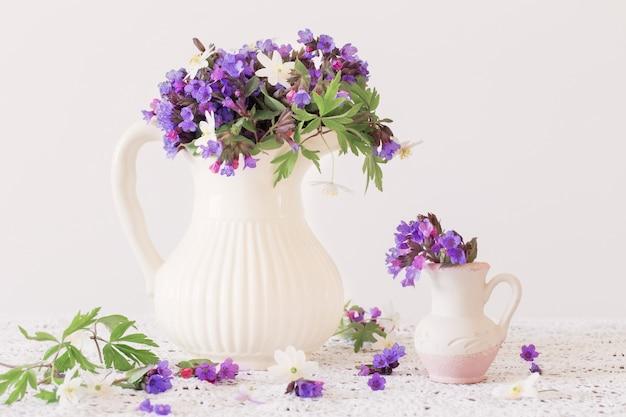 Bouquet de fleurs printanières dans une cruche