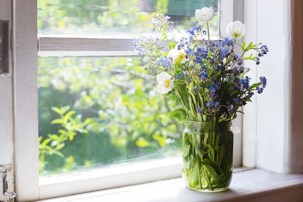 Bouquet de fleurs printanières sur le rebord de la fenêtre