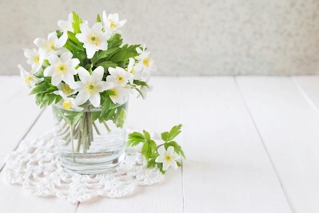 Bouquet de fleurs de printemps blanc dans un verre