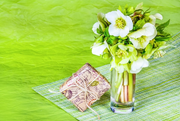 Bouquet de fleurs de printemps et coffret cadeau sur table verte