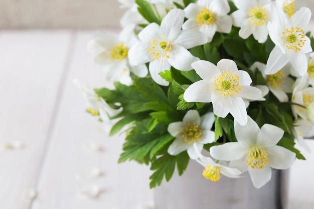 Bouquet de fleurs de printemps dans une tasse en fer