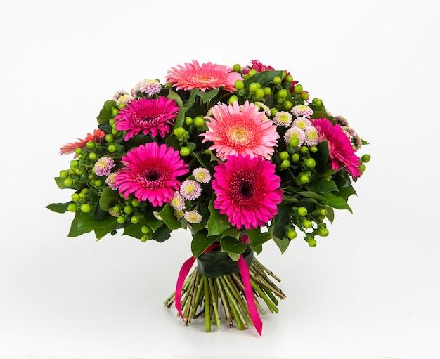 Bouquet de fleurs de printemps sur fond blanc