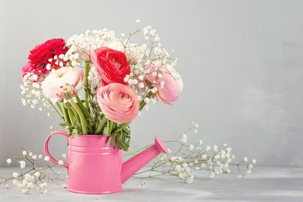 Bouquet de fleurs de renoncule rose et blanc