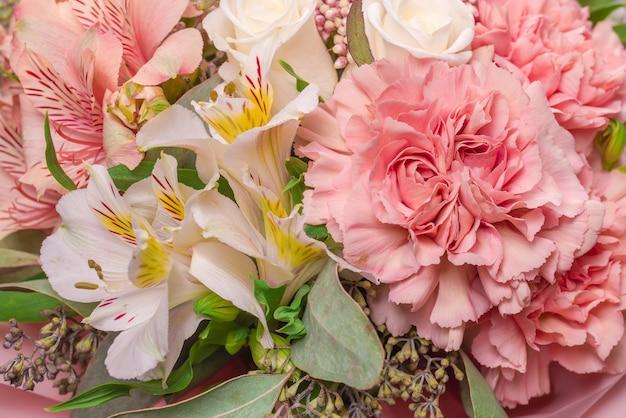 Bouquet de fleurs rose tendre en papier d'emballage rose