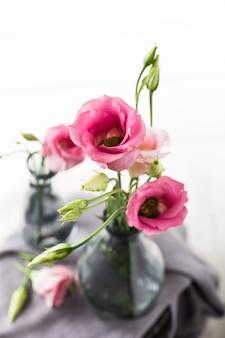 Bouquet de fleurs roses dans un vase