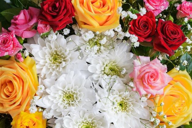 Bouquet de fleurs, roses, gerberas et autres fleurs diverses, gros plan.