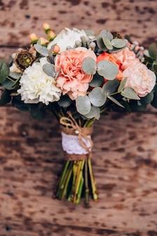 Bouquet de fleurs avec roses, pivoines, oeillets. bouquet délicat aux couleurs roses. feuilles d'eucalyptus.