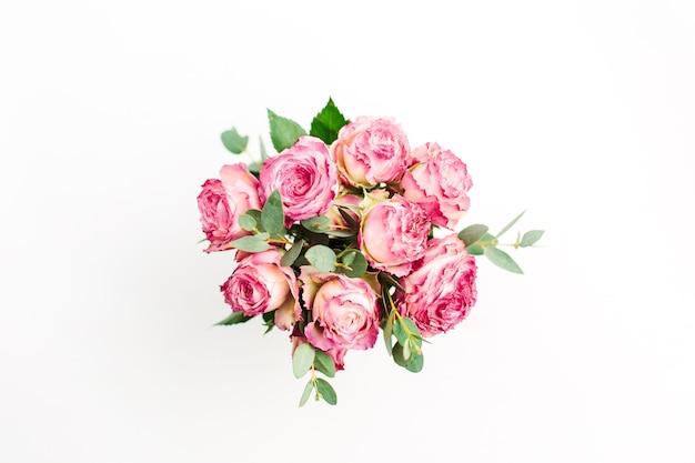 Bouquet de fleurs roses roses sur blanc