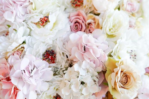Bouquet de fleurs de roses roses et blanches
