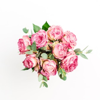 Bouquet de fleurs roses roses sur fond blanc. mise à plat, vue de dessus
