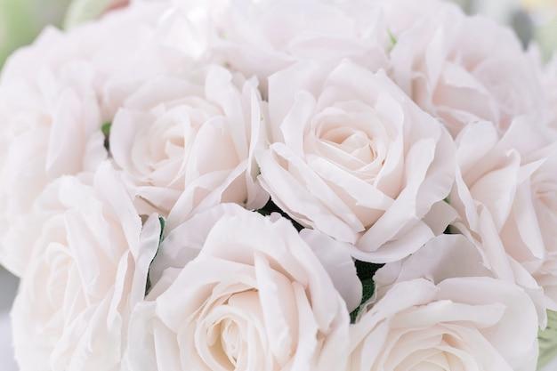 Bouquet De Fleurs Roses Roses Se Bouchent. Rose Rose En Tissu Photo Premium