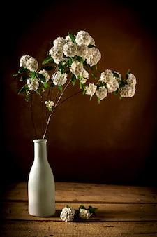 Bouquet de fleurs sauvages à l'intérieur d'un vase en verre