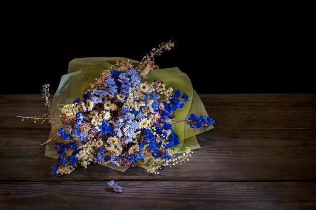 Bouquet de fleurs séchées sur bois