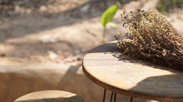 Bouquet de fleurs séchées sur table en bois au patio