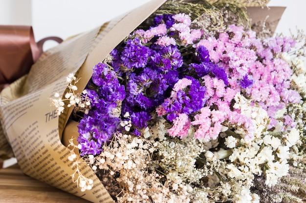 Bouquet de fleurs séchées sur la table en bois