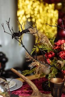 Un bouquet de fleurs séchées sur la table en l'honneur d'halloween