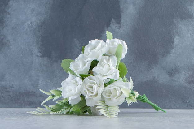Un bouquet de fleurs, sur le tableau blanc.