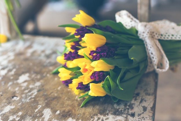 Bouquet de fleurs de tulipes jaunes et jacinthes violettes