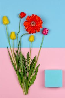 Bouquet de fleurs de tulipes jaunes et rouges et de pavot rouge