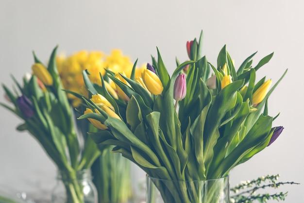 Bouquet de fleurs de tulipes multicolores dans un vase en verre