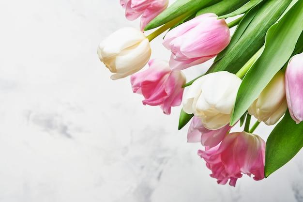 Bouquet de fleurs de tulipes roses et blanches