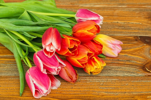 Bouquet de fleurs de tulipes sur une surface en bois marron