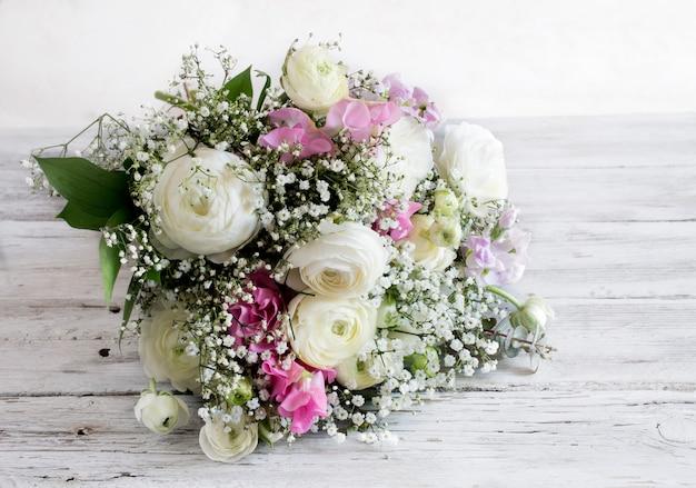 Bouquet de fleurs variées de différentes couleurs