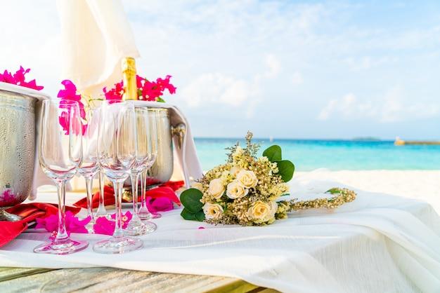 Bouquet de fleurs et verre et champagne dans l'arche de mariage