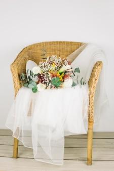 Bouquet de fleurs avec voile de mariée