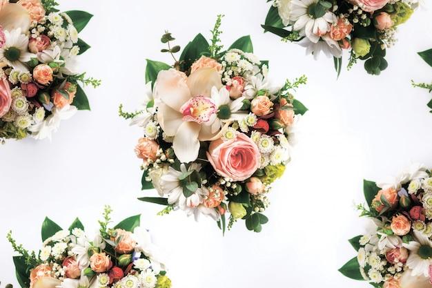 Bouquet de fleurs vue de dessus sur fond blanc